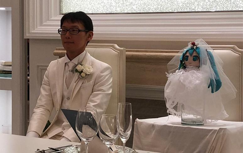 Japonês de 35 anos se casa com a personagem Hatsune Miku